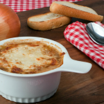 Prepará la verdadera Soupe à l'oignon, con cebollas gratinadas