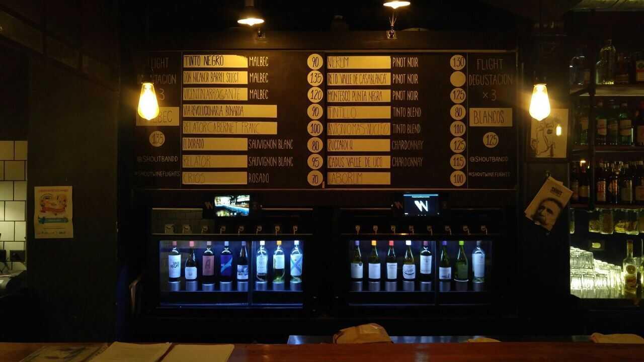 Barra y wine dispenser de Shout - Brasas & Drinks