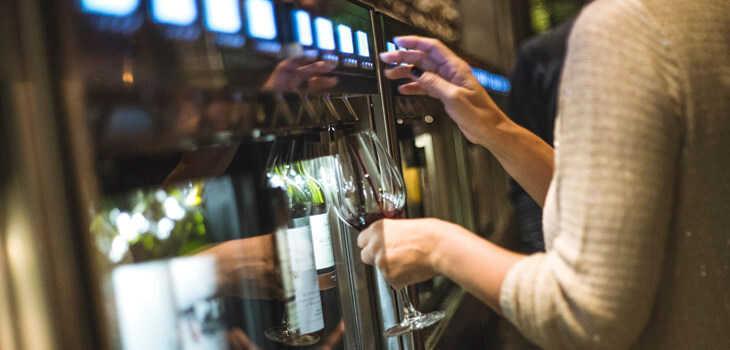 abre vico, bar que sirve 140 vinos copa con un novedoso sistema