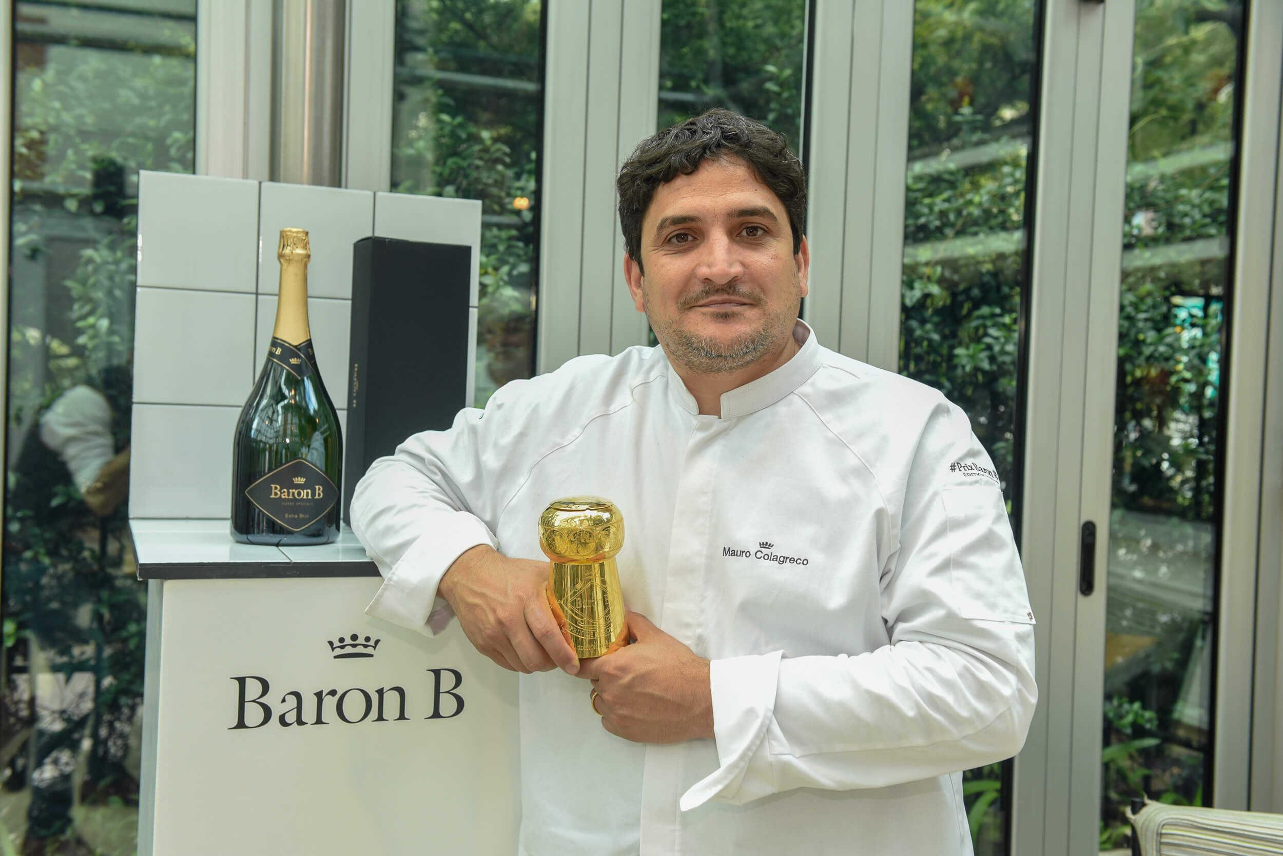 Mauro Colagreco con el Corcho Prix Cuisine tallado por Juan Carlos Pallarols