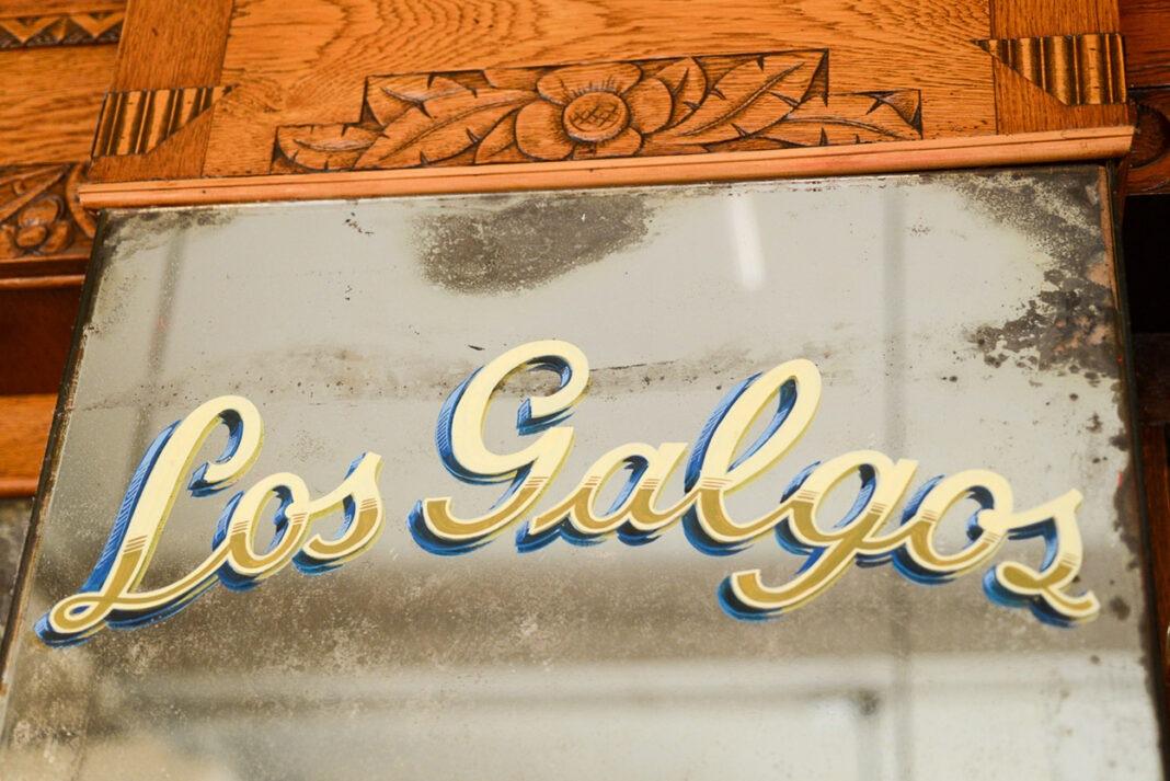 posibles epis: La restauración incluyó el fileteado de Marcelo Sainz. Se recuperó el depósito del subsuelo: ahora es área de producción con cocina y cava. Hay una parrilla a la vista, paralela al mostrador. La obra incluyó puertas, espejos y carpinterías originales. La caja fuerte de la familia Ramos, primeros dueños del bar, se conserva.